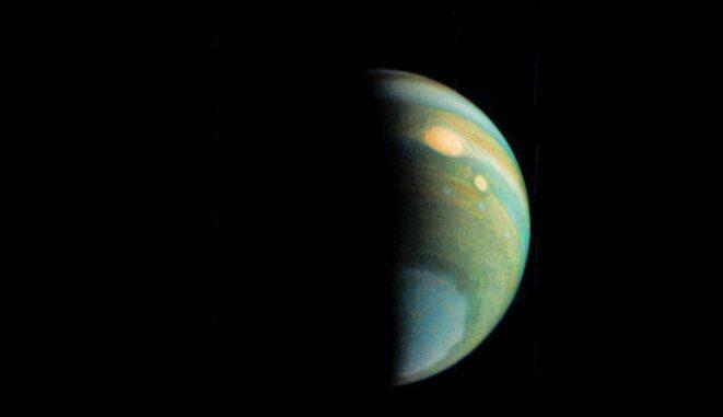 Dieses Falschfarbenbild von Jupiters polarem Dunstschleier erstellte der Bürgerwissenschaftler Gerald Eichstädt aus Daten der JunoCam. (Credits: NASA / JPL-Caltech / SwRI / MSSS / Gerald Eichstädt)