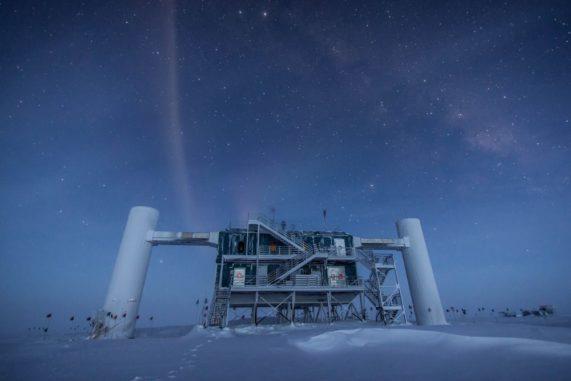 Das IceCube Neutrino Observatory am Südpol. (Credit: Courtesy of IceCube Neutrino Observatory)