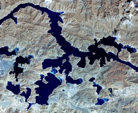 Terra-Aufnahme des Yamzhong Yumco Sees in Tibet. (NASA / METI / AIST / Japan Space Systems, and U.S. / Japan ASTER Science Team)