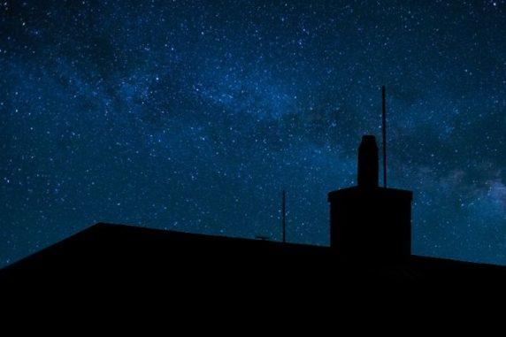 Physiker haben das Licht ferner Sterne genutzt, um einen Zugang zum Schlupfloch der freien Wahl zu bekommen. (Credits: Christine Daniloff / MIT)