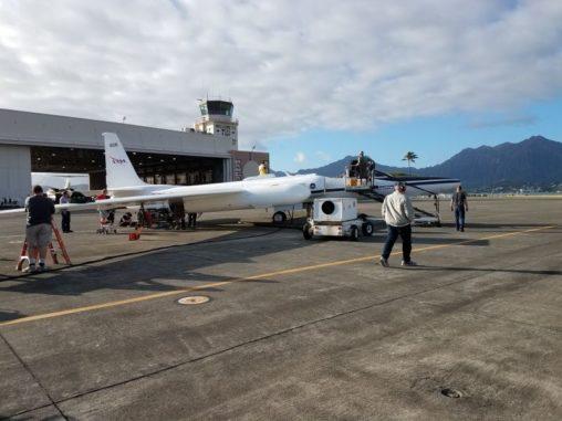 Die ER-2 wird auf der Marine Corps Base Hawaii für einen Flug vorbereitet. (Credits: NASA)
