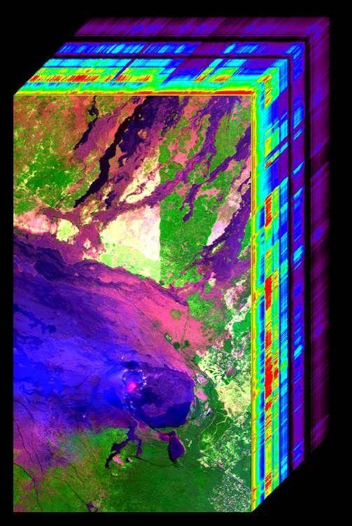 Spektroskopiedaten des Kilauea vom Airborne Visible/Infrared Imaging Spektrometer. Der Lavasee (orange) und die Aschewolke (hellblau) sind unterhalb der Bildmitte erkennbar. (Credits: NASA / JPL-Caltech)