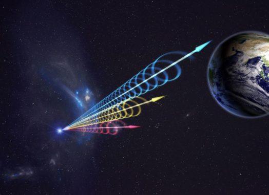 Künstlerische Darstellung eines schnellen Radioblitzes, der die Erde erreicht. Die Farben veranschaulichen die Ankunft des Ausbruchs in verschiedenen Radiowellenlängen. Lange Wellenlängen (rot) kommen mehrere Sekunden nach den kurzen Wellenlängen (blau) an. Diese Verzögerung wird als Dispersion bezeichnet und tritt auf, wenn Radiowellen kosmisches Plasma durchqueren. (Credit: Jingchuan Yu, Beijing Planetarium / NRAO)