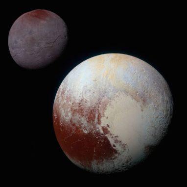Komposit aus verbesserten Farbfotos von Pluto (unten rechts) und Charon (oben links), aufgenommen von der Raumsonde New Horizons am 14. Juli 2015. Die Bilder heben die Vielfalt an Oberflächenstrukturen auf den kleinen Welten hervor. (Credits: NASA / JHUAPL / SwRI)