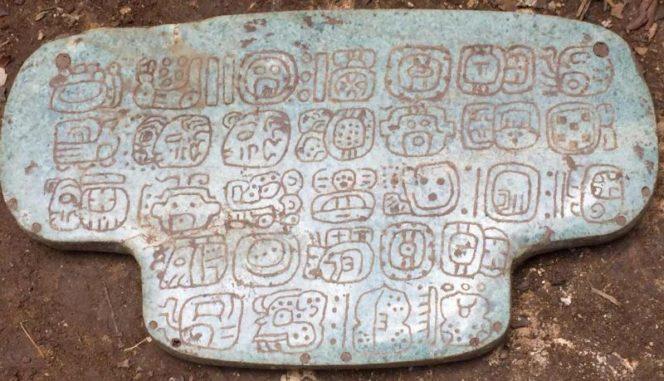 Auf dem neu entdeckten Anhänger sind 30 Hieroglyphen eingraviert. (Credit: Geoffrey Braswell / UC San Diego)