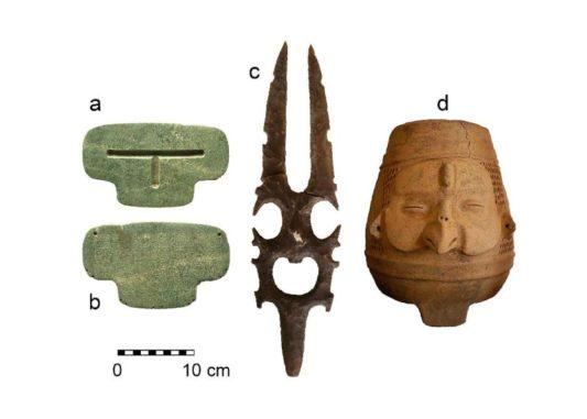 Drei der entdeckten Maya-Artefakte. (Credit: Geoffrey Braswell / UC San Diego)