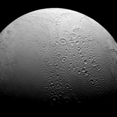 Enceladus, aufgenommen von der NASA-Raumsonde Cassini. (NASA / JPL-Caltech / Space Science Institute)