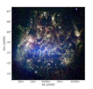 Die Große Magellansche Wolke, aufgenommen vom Weltraumteleskop Spitzer. Die Kreise markieren die Positionen von 15 Sternhaufen, in denen mehrere Sterngenerationen entdeckt wurden. (Credit: Karl Gordon and Margaret Meixner - Space Telescope Science Institute / AURA / NASA; Compilation by Bi-Qing For and Kenji Bekki (ICRAR / UWA))
