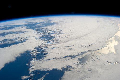 Eine Rauchspur von der Eruption des Vulkans Pavlof, der im Jahr 2013 eine Aschewolke bis zu 20.000 Fuß hoch in die Atmosphäre schleuderte. Sie bewegte sich in Richtung Südosten über den Nordpazifik. (Credit: NASA)