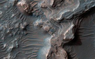Schichtablagerungen in Uzboi Vallis. (NASA / JPL-Caltech / Univ. of Arizona)