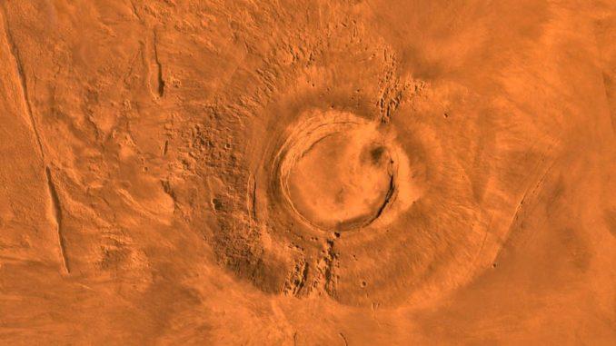 Dieses digital erstellte Mosaikbild zeigt den erloschenen Vulkan Arsia Mons. Es basiert auf Bildern, die der Orbiter Viking 1 während seiner Arbeitszeit von 1976-1980 machte. (Credits: NASA / JPL / USGS)