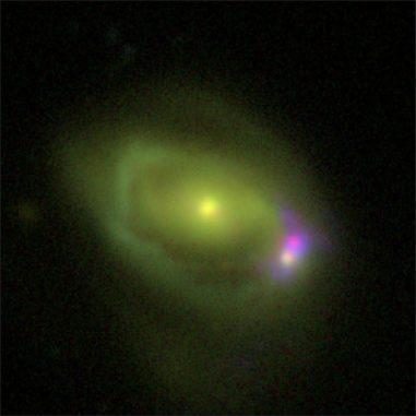 Optische Aufnahme des Systems Was 49, das aus einer großen Spiralgalaxie namens Was 49a besteht, die mit einer viel kleineren Zwerggalaxie namens Was 49b verschmilzt. (Credits: DCT / NRL)