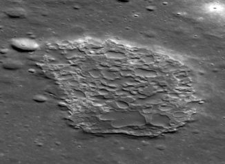 Die vulkanische Caldera Ina auf dem Mond, fotografiert vom Lunar Reconnaissance Orbiter (LRO) der NASA. (Credits: NASA / GSFC / ASU)