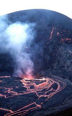 Eine Eruption am Krater Kilauea Iki im Jahr 1959 ähnelte wahrscheinlich der Eruption, welche die Formation Ina auf dem Mond entstehen ließ. (Credits: USGS)