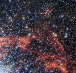 Der Supernova-Überrest N103B (oben), aufgenommen vom Weltraumteleskop Hubble. (Credits: ESA / Hubble, NASA)