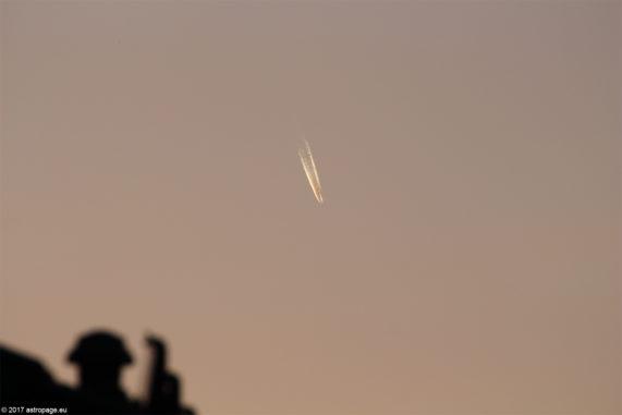 Flugzeug in der Abenddämmerung. (astropage.eu)