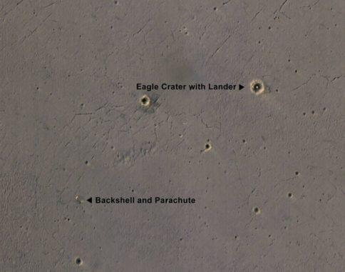 Oben rechts innerhalb des Eagle-Kraters ist die helle Landeplattform des Mars Exploration Rover Opportunity zu sehen. (Credits: NASA / JPL-Caltech / Univ. of Arizona)