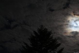 Wolkenverhangener Mond am 6. Mai 2017. Links leuchtet Jupiter. (Credit: astropage.eu)
