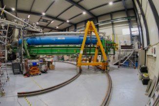 CAST, das Axion-Sonnenteleskop am CERN, bewegt sich auf seiner Schiene, um der Sonne zu folgen. (Image: Max Brice / CERN)