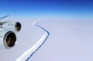 Luftansicht des Risses im Larsen-C-Eisschelf. (Credit: John Sonntag / NASA)