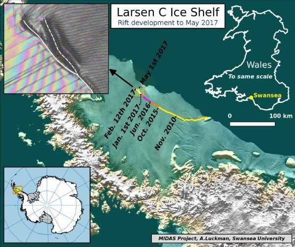 Diese Grafik zeigt den momentanen Verlauf des Risses im Larsen-C-Eisschelf. Die Positionen seiner Spitze wurden aus Daten von Landsat (USGS) und Sentinel-1 InSAR (ESA) abgeleitet. Das Hintergrundbild überlagert BEDMAP2-Höhendaten (BAS) auf ein Bildmosaik von MODIS MOA2009 (NSIDC). Andere Daten stammen von SCAR ADD und OSM. (Credit: MIDAS Project, A. Luckman, Swansea University)