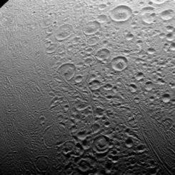 Die Nordpolarregion des Saturnmondes Enceladus, aufgenommen von der Raumsonde Cassini. (Credit: NASA / JPL-Caltech / Space Science Institute)