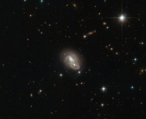 IRAS 06076-2139, aufgenommen vom Weltraumteleskop Hubble. (Credit: ESA / Hubble & NASA)