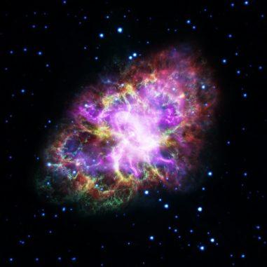 Kompositbild des Krebsnebels, basierend auf Daten der Weltraumteleskope Spitzer, Hubble, XMM-Newton und Chandra, sowie des Very Large Array. (Credits: NASA, ESA, G. Dubner (IAFE, CONICET-University of Buenos Aires) et al.; A. Loll et al.; T. Temim et al.; F. Seward et al.; VLA / NRAO / AUI / NSF; Chandra / CXC; Spitzer / JPL-Caltech; XMM-Newton / ESA; and Hubble / STScI)