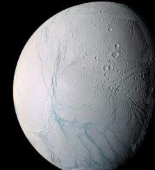 Die Südpolarregion des Eismondes Enceladus mit seinen Tigerstreifen (unten), aufgenommen von der Raumsonde Cassini. (Credits: NASA / JPL-Caltech / Space Science Institute)
