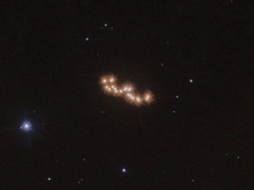 Das System Luhman 16AB als Stack aus 12 Einzelbildern, die im Zeitraum von zwei Jahren gemacht wurden. (Credit: ESA / Hubble & NASA, L. Bedin et al.)
