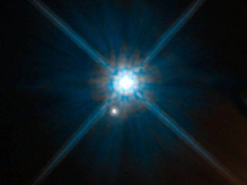 Der Weiße Zwerg Stein 2051B und ein ferner Hintergrundstern, aufgenommen vom Weltraumteleskop Hubble. (Credit: NASA, ESA, and K. Sahu (STScI))