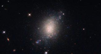 Die Galaxie ESO 486-21, aufgenommen vom Weltraumteleskop Hubble. (Credit: ESA / Hubble & NASA)
