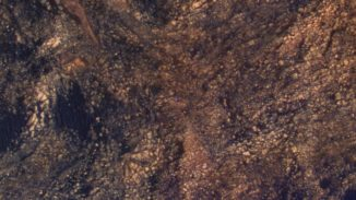Der Mars-Rover Curiosity erscheint hier als blauer Fleck. Aufgrund der veränderten Farben ist das 10 Fuß lange Fahrzeug in Wirklichkeit nicht so blau. (Credits: NASA / JPL-Caltech / Univ. of Arizona)