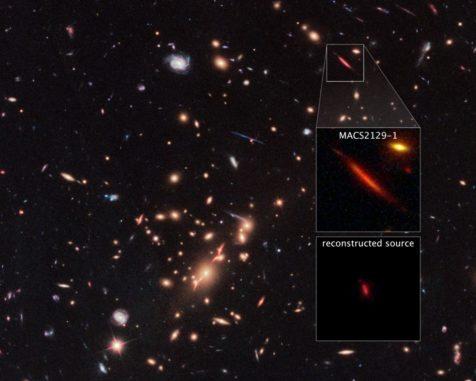 Die Gravitation des extrem massereichen Galaxienhaufens MACS J2129-0741 im Vordergrund agiert als Vergrößerungsglas und verstärkt, vergrößert und verzerrt das Bild der fernen Hintergrundgalaxie MACS2129-1 (oben). Das mittlere Bild zeigt eine ausgeschnittene Version des Originals. Das untere rekonstruierte Bild zeigt die Galaxie, wie sie ohne den Einfluss des Galaxienhaufens aussehen würde. (Credits: NASA, ESA, S. Toft (University of Copenhagen), M. Postman (STScI), and the CLASH team)