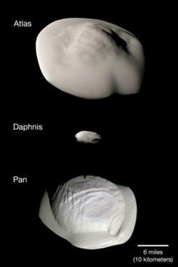 Fotomontage der kleinen Ringmonde Atlas, Daphnis und Pan, aufgenommen von der Raumsonde Cassini. (Credit: NASA / JPL-Caltech / Space Science Institute)
