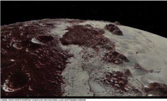 Screenshot aus dem Video, das den Überflug über Plutos Oberfläche zeigt. (Credit: NASA / JHUAPL / SwRI / Paul Schenk and John Blackwell, Lunar and Planetary Institute)