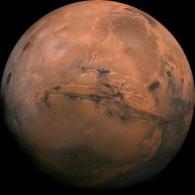 Mosaikbild des Mars. In der Bildmitte erkennt man das Canyonsystem Valles Marineris. (Credits: NASA)