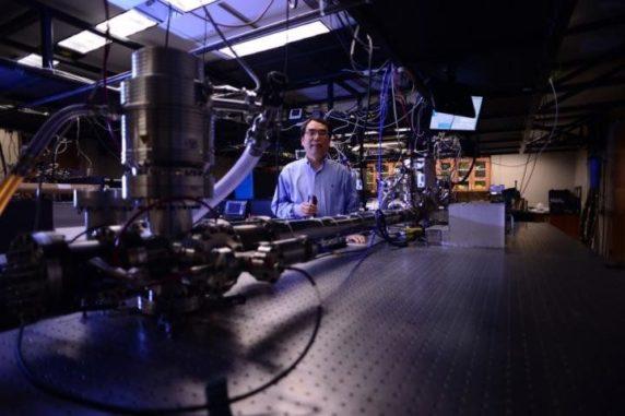Professor Zenghu Chang und sein Team haben den Weltrekord für den kürzesten Lichtimpuls gebrochen. (Credit: University of Central Florida)