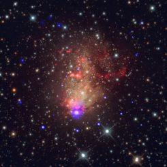 Röntgenquellen in der Starburst-Galaxie IC 10, basierend auf Daten des Weltraumteleskops Chandra und einer Aufnahme vom Heavens Mirror Observatory. (Credit: X-ray: NASA / CXC / UMass Lowell / S.Laycock et al.; Optical: Bill Snyder Astrophotography)