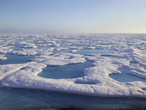 Rekordbrechende Lufttemperaturen in der Arktis beschleunigen das Abschmelzen des Meereises vor der Küste von Utqiaġvik (Alaska). (Credit: NOAA, Jeremy Mathis)
