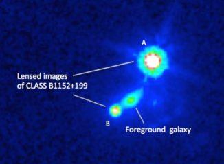 Hubble-Aufnahme einer Galaxie und zweier Abbilder eines Hintergrundquasars, hervorgerufen durch den Gravitationslinseneffekt. (Credit: Mao et al., NASA)