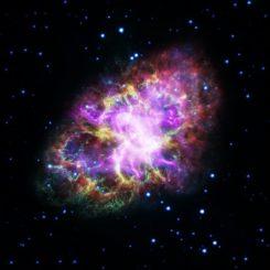 Kompositbild des Krebsnebels, basierend auf Daten mehrerer Instrumente: Radiowellen des VLT (rot), Infrarotwellenlängen des Weltraumteleskops Spitzer (gelb), sichtbares Licht des Weltraumteleskops Hubble (grün) und ultraviolettes Licht (blau) sowie Röntgenstrahlung (violett) von XMM-Newton und Chandra. (Credit: NASA / ESA / NRAO / AUI / NSF and G. Dubner (University of Buenos Aires))