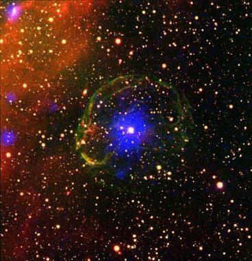 Kompositbild des Röntgenpulsars SXP 1062 mit dem umgebenden Supernova-Überrest. Das Falschfarbenbild kombiniert Röntgendaten (blau) und optische Daten (Sauerstoff: grün, Wasserstoff: rot). (Credit: ESA / XMM-Newton / L. Oskinova, University of Potsdam, Germany / M. Guerrero, Instituto de Astrofisica de Andalucia, Spain (X-ray); Cerro Tololo Inter-American Observatory / R. Gruendl & Y. H. Chu, University of Illinois at Urbana-Champaign, USA (optical))