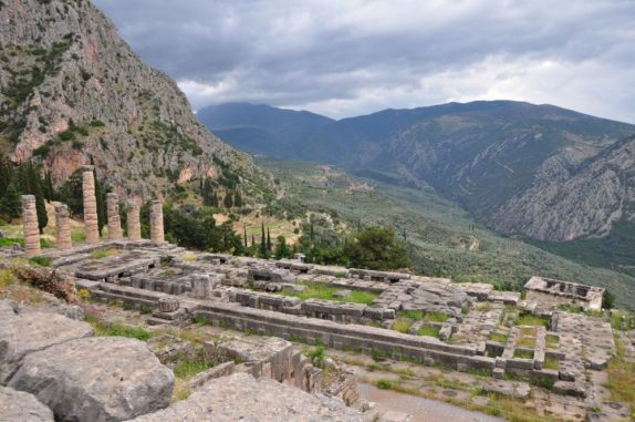 Der Tempel des Apollon in Delphi. (Credit: Wikipedia / User: Helen Simonsson / CC BY-SA 3.0)
