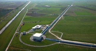 Auf diesem Luftbild sind der drei Kilometer lange Westarm und der Anfang des Nordarms des Virgo Observatoriums zu sehen. (Credit: The Virgo collaboration / CCO 1.0)