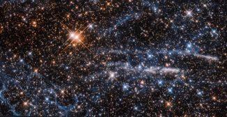 Hubble-Aufnahme des Bienenwabennebels (unten links). (Credits: ESA / Hubble & NASA; Acknowledgements: Judy Schmidt (Geckzilla))