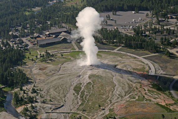 Luftbild des ausbrechenden Old Faithful im Yellowstone National Park. (Credits: Yellowstone National Park)