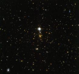 Diese Hubble-Aufnahme zeigt das Zentrum des Galaxienhaufens WHL J24.3324-8.477 in optischen und infraroten Wellenlängen. (Credits: ESA / Hubble & NASA)