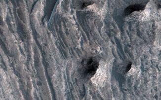 Sedimentablagerungen in Ceti Mensa auf dem Mars, aufgenommen vom Mars Reconnaissance Orbiter. (Credits: NASA / JPL-Caltech / Univ. of Arizona)
