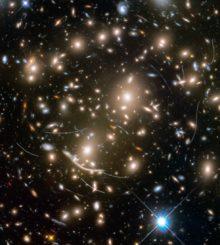 Asteroidenspuren auf einer Deepsky-Beobachtung des Weltraumteleskops Hubble für das Frontier Fields Program. (Credits: NASA, ESA, and B. Sunnquist and J. Mack (STScI); Acknowledgment: NASA, ESA, and J. Lotz (STScI) and the HFF Team))